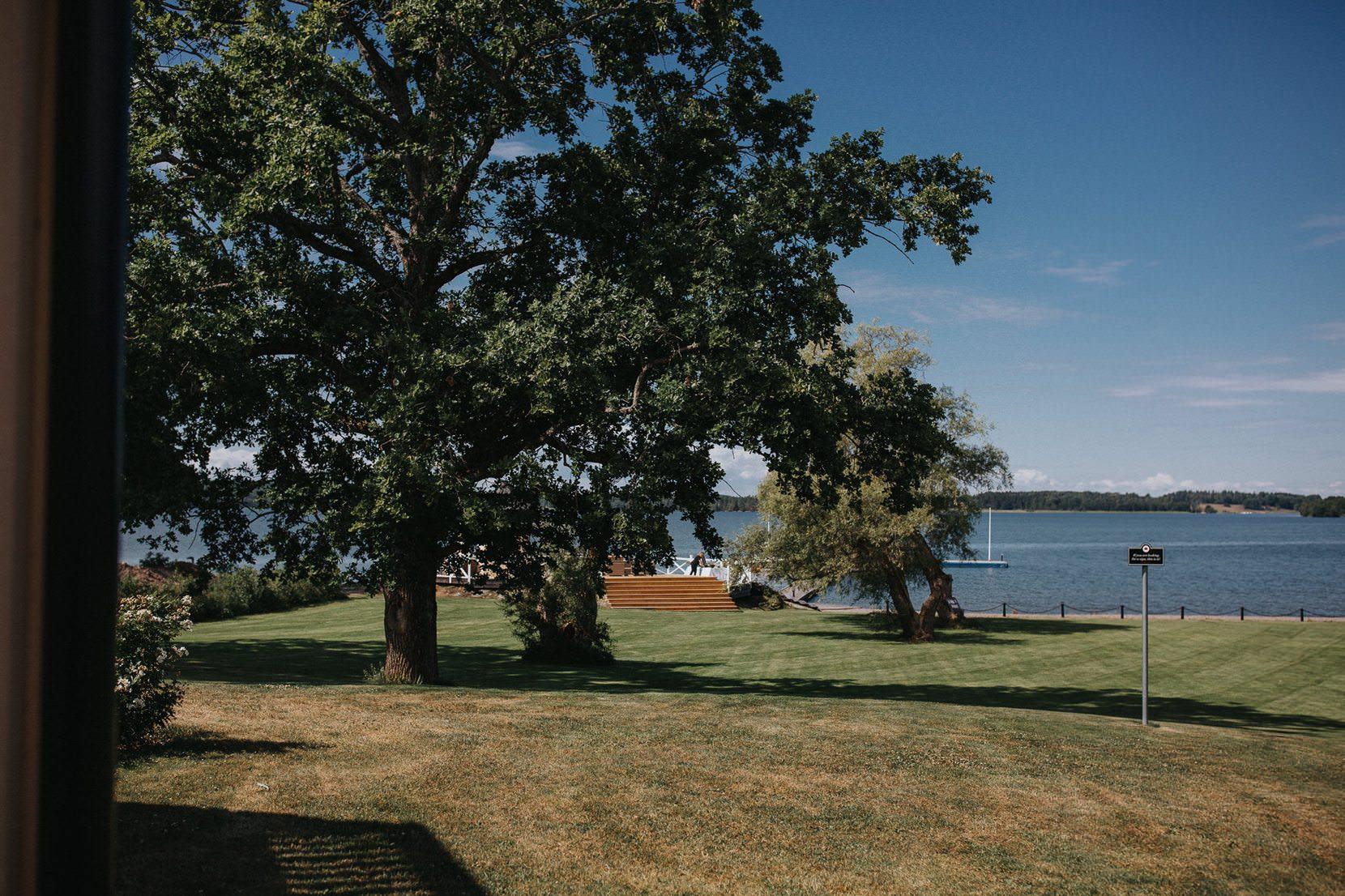 """BRÖLLOPSFOTOGRAF KRÄGGA HERRGÅRD STOCKHOLM Krägga herrgård ligger vid Ekolsundsviken i Mälaren bara 45min från vår vackra huvudstad, Stockholm. Krägga herrgård finns omnämn i käller daterade till sent 1300-tal. Den nuvarande herggårdsbyggnaden uppfördes dock först i mitten av 1800-talet. MEd över 100 hektar mark fördelat på skog och ängar har Krägga herrgård blivit en populär vistelse och hushåller med bröllop sedan 1985. Bröllopsfotograf Krägga herrgård Stockholm. XXXX ÄNTLIGEN DAGS FÖR BRÖLLOP Allt började med ett litet """"Hej, jag heter Malin och jag skall gifta mig med världens mest underbara människa och vi måste ha dig som vår bröllopsfotograf"""" Vad jag inte visste då var att bara 2 år tidigare hade Malin och hennes blivande man Ashkan träffats på en Snoop konsert i Uppsala där båda kommer ifrån och att det tydligen blivit något i stil med, kärlek vid första ögonkastet. Så klart, vad är mer romantiskt än Snoop Dogg liksom. Bröllopsfotograf Krägga herrgård Stockholm. XXXXXX SVENSKT OCH PERSISKT BRÖLLOP PÅ KRÄGGA HERRGÅRD Ashkan kommer ursprungligen från Iran och Malin från Sverige. Därför var det givet att deras bröllop kommer ta det bästa ur båda kulturerna. Ett fantastiskt bröllop med härlig blandning av persisk dans, blommor i håret och honung på fingrarna! Bröllopsfotograf Krägga herrgård Stockholm. Jag vill med detta inlägg tacka Malin och Ashkan för att jag fått vara med och dokumentera deras stora dag. Sedan vill jag även tacka alla gäster och brudparets familjer för de hjälpte till att göra denna dagen oförglömlig. All lycka till brudparet! Se även Malin & Ashkans bildspel från deras stora dag. // Loke Roos XXXXXXXXX Se även Bröllop från Krusenberg herrgård - Rosenlunds Gård - Norrvikens Trädgårdar BRÖLLOP PÅ KRÄGGA HERRGÅRD Stanna tiden och var i nuet. Andas in den förtjusande doften av parfym och från blommorna i brudbuketten. Känn hjärtat som slår i bröstet och fjärilarna som dansar i magen. Hör fnisset från brudnäbbarna och myllret av förväntansfulla g"""