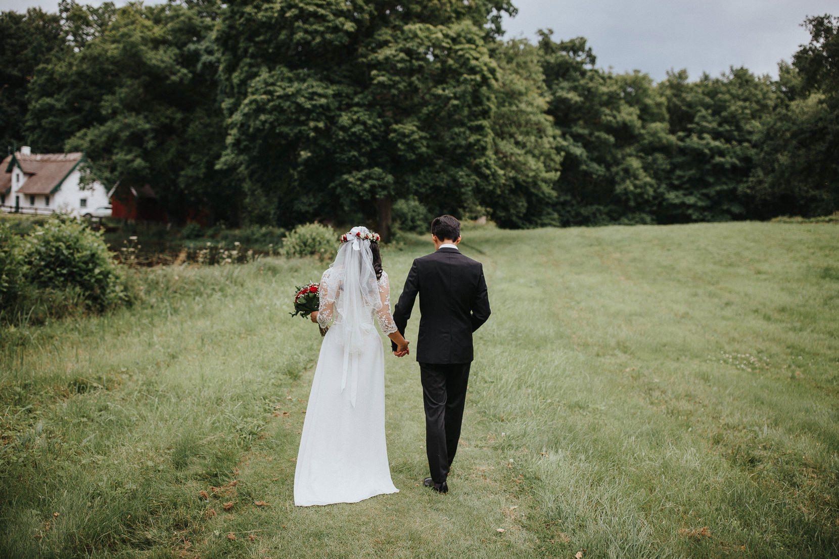 Bröllopspar Gående natur Kronovalls Vinslott