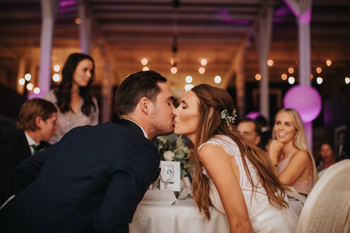 first kiss bröllopsfotograf ögonblick