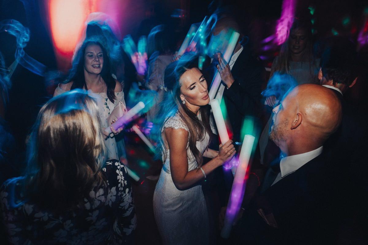 fest dans glow sticks bröllop